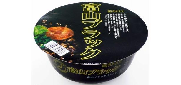 濃厚醤油と粗挽き黒胡椒のパンチの効いたスープが特徴