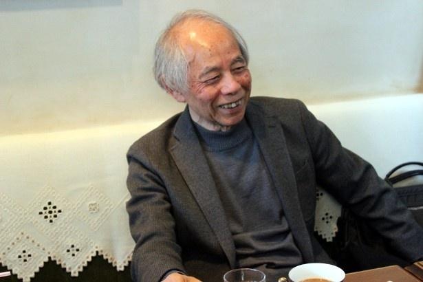 【写真を見る】柔和な笑顔を見せる山田太一