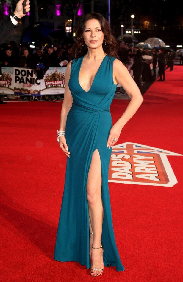 深いスリットの入ったドレスで登場したキャサリン・ゼタ=ジョーンズ