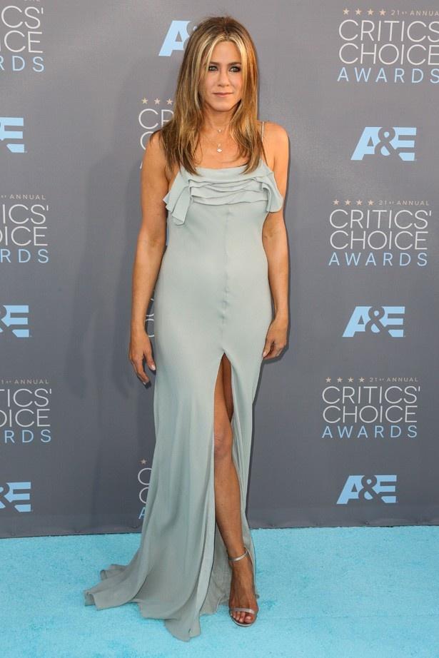 【写真を見る】深いスリットの入ったドレスを着て生脚を露出するジェニファー