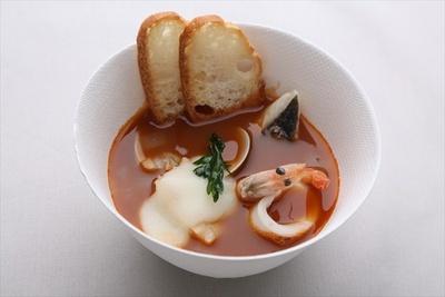 「ちいさな台所 ひらた」の魚介スープ「ズッパ ディ ペッシェ ガーリックトースト添え」(1000円)