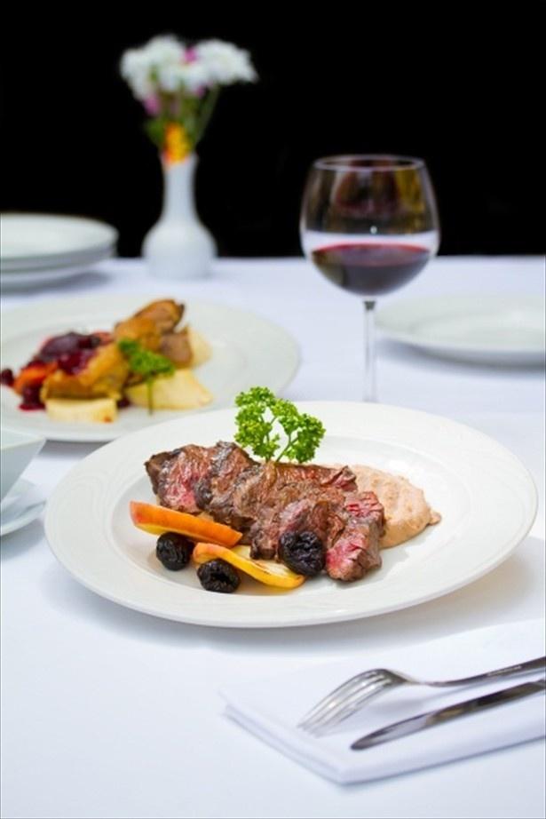 【写真を見る】都内の有名レストランによるコース料理が楽しめる(写真はイメージ)
