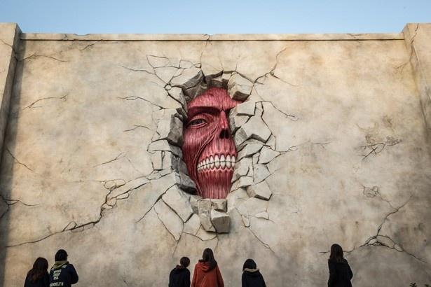 「進撃の巨人・ザ・リアル2」壁の巨人が不気味にたたずむ!(写真提供:ユニバーサル・スタジオ・ジャパン)