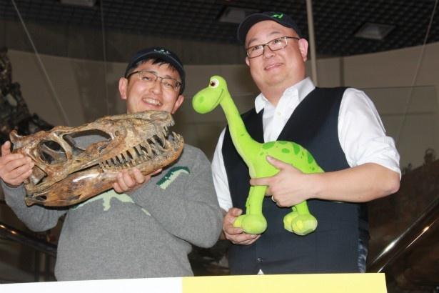 『アーロと少年』の監督がリアルな恐竜の標本と対面
