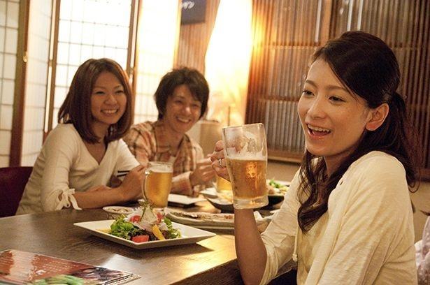 【写真を見る】若年層でビール回帰の動き。楽しむのは仕事仲間より家族や親しい友人と(写真はイメージ)