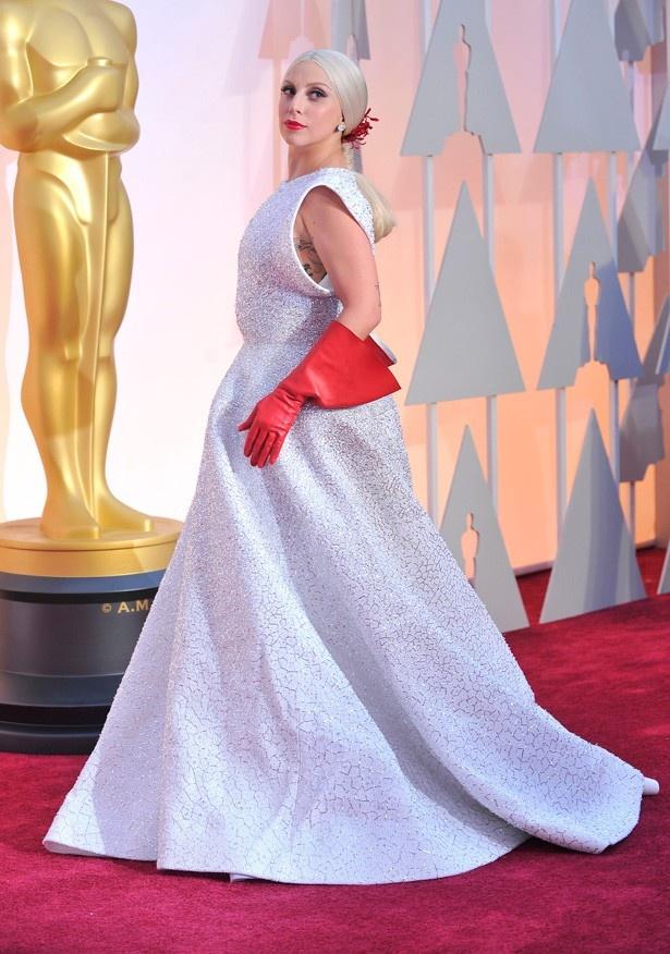 【写真を見る】昨年のアカデミー賞では純白のドレスで登場したガガ