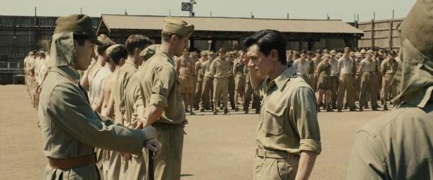 ルイは日本海軍に捕らえられ、残忍な仕打ちを受けていく