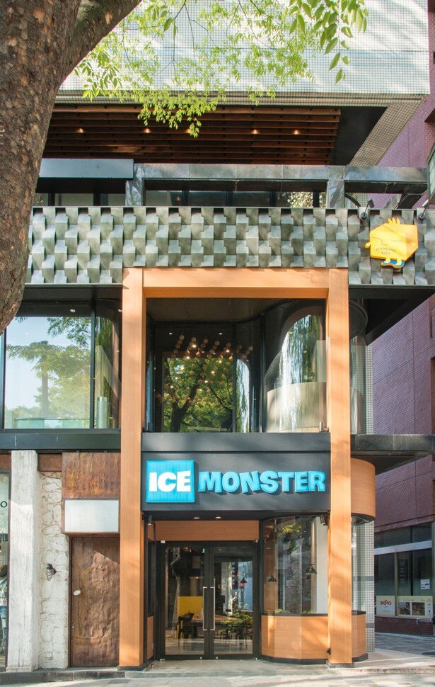 迫力のあるICE MONSTREのロゴが配置された表参道店の外観