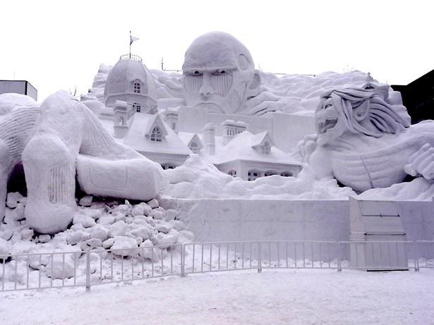 【写真を見る】4丁目「STV広場」に登場する大雪像「進撃の巨人、サッポロ襲来!」が登場
