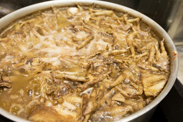 朝5時から仕込むスープ。煮干しは1日に6kgも使うという