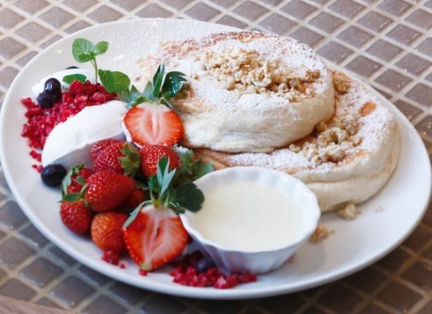 【写真を見る】Cafe del SOLの「たっぷりイチゴのパンケーキ」(1300円)。いちごを引き立てる練乳ソースに降参!
