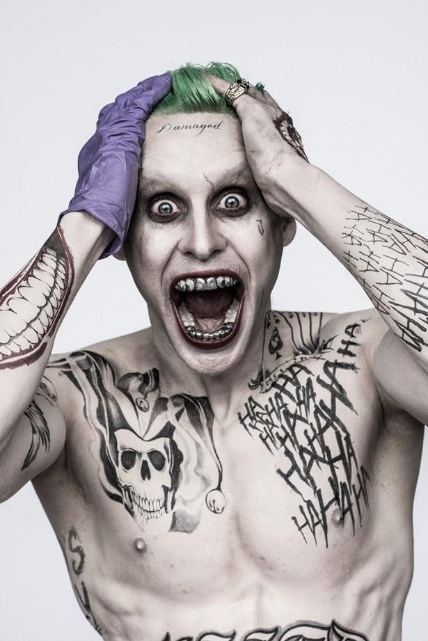 【写真を見る】バットマンを苦しませた狂気のスーパーヴィラン、ジョーカーを演じるのはジャレッド・レト