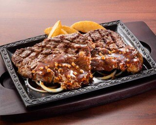 自慢の熟成肉ステーキがドーンと2枚乗った「熟成赤身ログがっつりステーキ」(税抜2599円、ドリンクセット・税抜2798円)