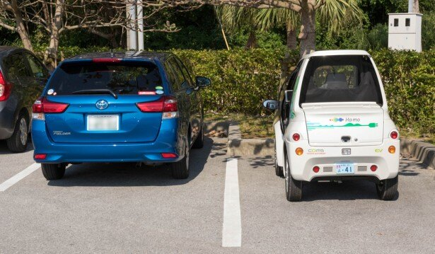 普通車とのコムスのリアビュー。コンパクトなコムスは駐車もラクラク