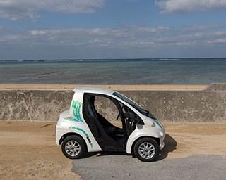 観光サービス「ちゅらまーい Ha:mo」で使用するトヨタの小型電気自動車コムス