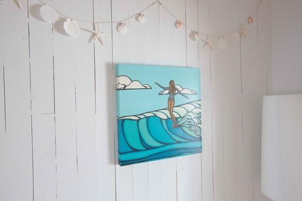【写真を見る】ヘザー・ブラウンの版画などで、ハワイでの暮らしをイメージ