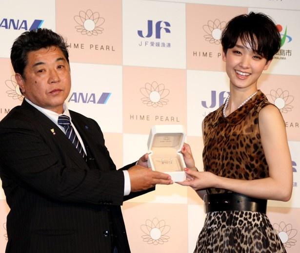 平井会長から「HIME PEARL」のイヤリングも贈られた