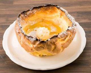 オーブンでじっくり焼き上げたジャーマン生地が人気の「ダッチベイビー」(1340円)。厳選された高品質の食材を使用したこだわりのメニューだ