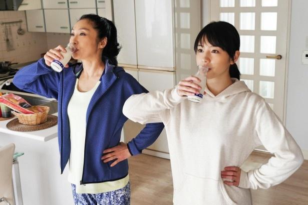【写真を見る】牛乳を豪快に飲む浅野&桜庭は息ピッタリ