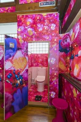 カラフルなトイレに目を奪われる