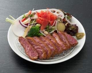 刺身のような味わいを楽しめる「30日熟成牛かつ膳」(1980円)※サラダは季節の彩り野菜サラダ(120円)へ変更したもの