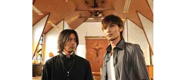 共演に山田孝之。敬虔な神父ながらも、結城の犯罪に加担していく賀来裕太郎役