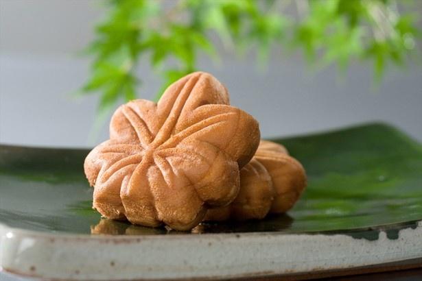 広島県の和菓子の老舗やまだ屋の「もみじ饅頭」などの銘菓も並ぶ