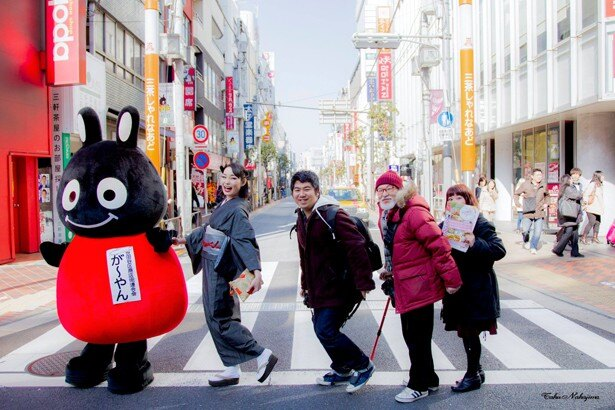 名物企画の「三茶そぞろ歩き」には、人気モデルの甲斐琴珠さんや世田谷区商店街連合会のキャラクター「が~やん」が登場(過去開催の様子)