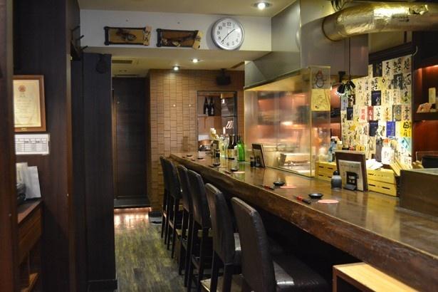 調理風景を目の前で見られるカウンター席と、テーブル席もある(「海鮮 うにくら」)