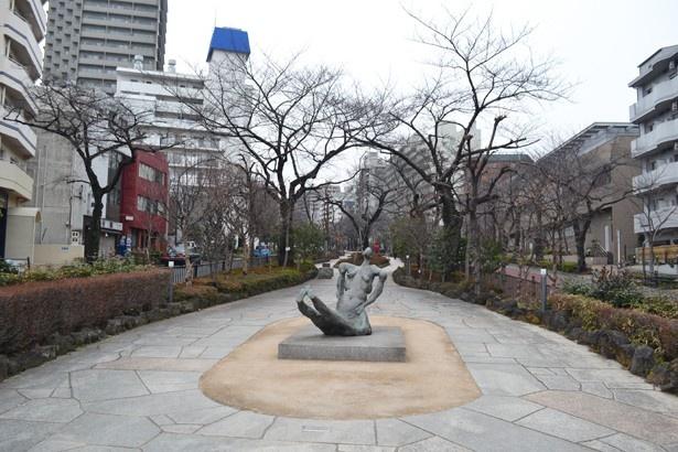 千川通りから上る「播磨坂さくら並木」の入口。手前の彫刻作品は掛井五郎作「地下水」