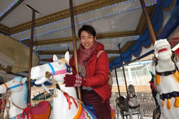 「警視庁ゼロ係」の遊園地ロケで笑顔を見せる小泉孝太郎