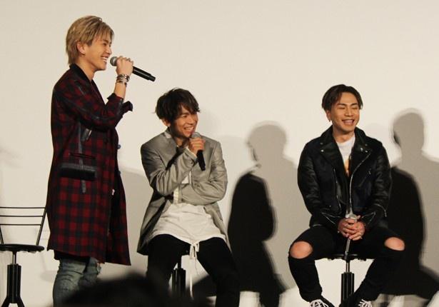 【写真を見る】立ち上がり監督に弁明する岩田とそれを笑うメンバー