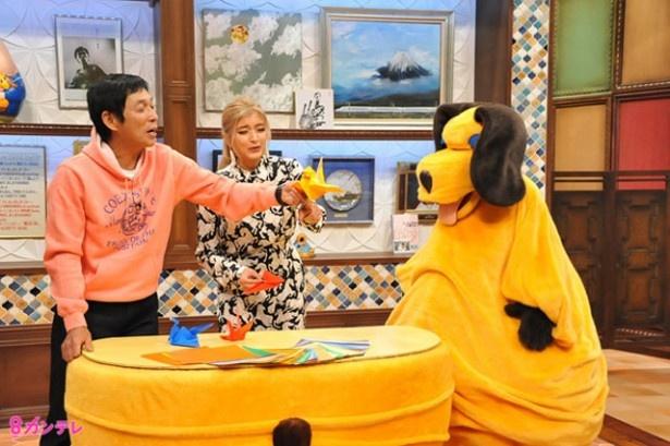 「まんま」コーナーでは、ローラが得意な折り紙に挑戦。明石家さんまとまんまは、鶴の折り紙に苦戦する