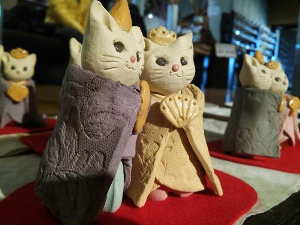 いまブームのネコを模したおひな様。笠間焼の温かさが伝わってくる