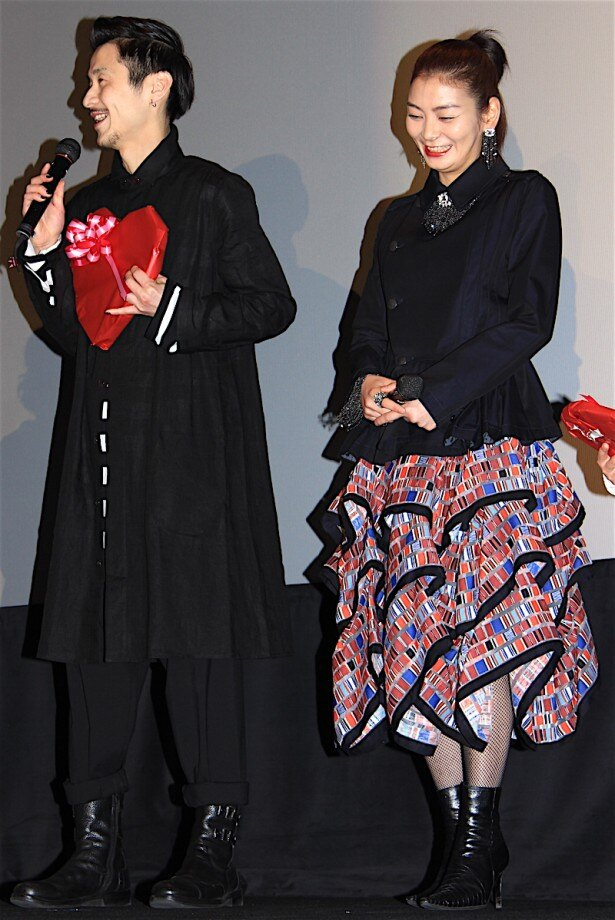 【写真を見る】個性的なスカートがキュート!田畑智子が笑顔で登場