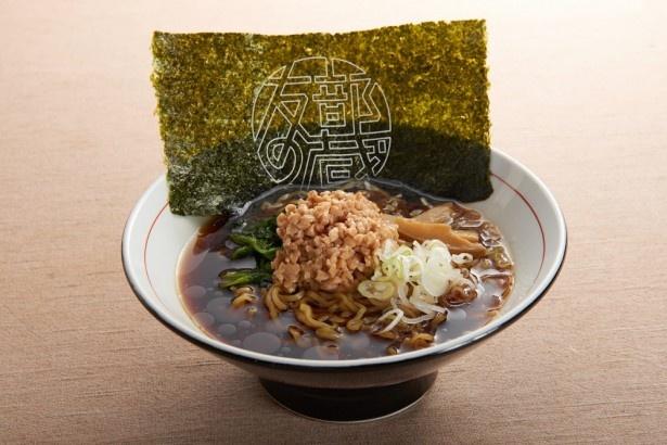 こんもり盛られた納豆がインパクト大の「友部黒醤油なっとうラーメン」(700円)
