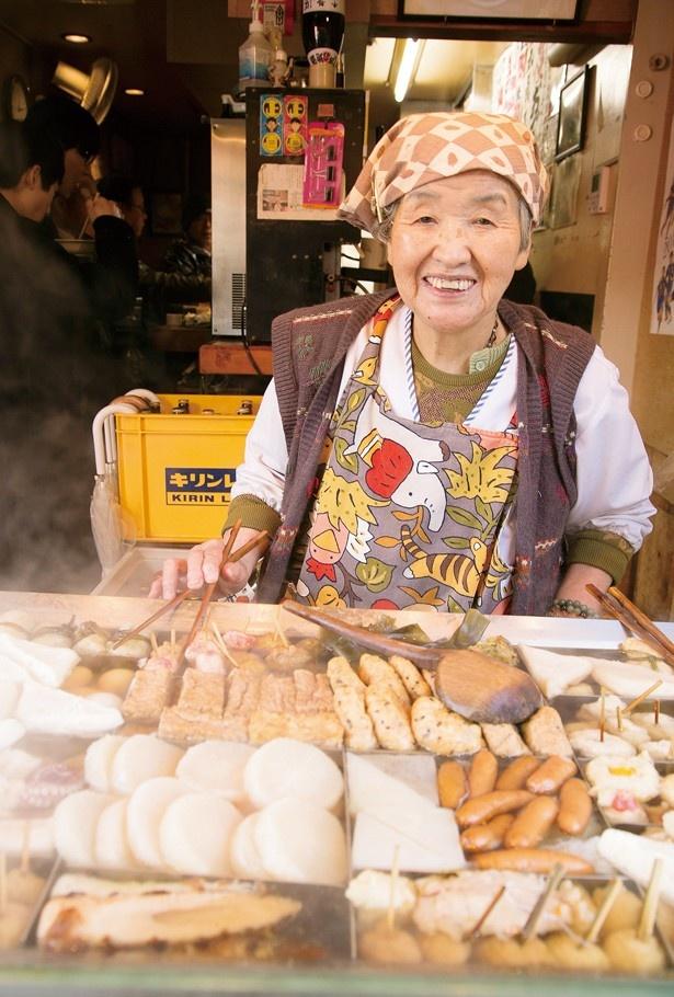 【写真を見る】おでんを取り分ける、名物女将の平澤さん。長年、街の変遷を見守ってきた(「平澤かまぼこ 王子駅前店」)