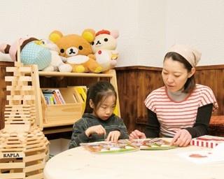 座敷席には円卓と、絵本やおもちゃが用意されているので、子供も飽きることがない