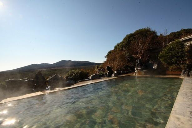 三原山温泉の露天風呂からは視界を遮るものなく三原山が望める