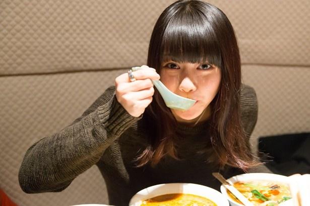 食事をする山本舞香