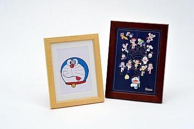 複製原画(左)、キャラ集合ピンズセット(右)