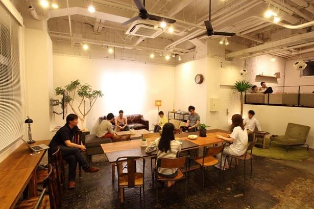 【写真を見る】充実したキッチンで作る食事を大勢で楽しめるシェアハウス※写真はUDSが運営する大阪のシェアハウス