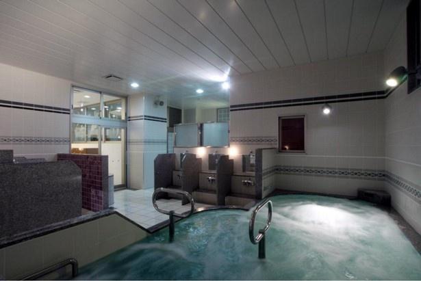 「南青山 清水湯」は、高濃度炭酸泉、シルク風呂、サウナ、レインシャワーなどを完備したリラクゼーションスペースとして注目を集める