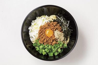 【写真を見る】「台湾まぜそば」(680円)などの食事メニューも