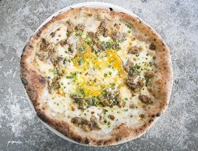 宮崎の地鶏とチーズが乗った「宮崎」(1750円)は、チーズと卵のトロトロ感の相乗効果が絶妙!