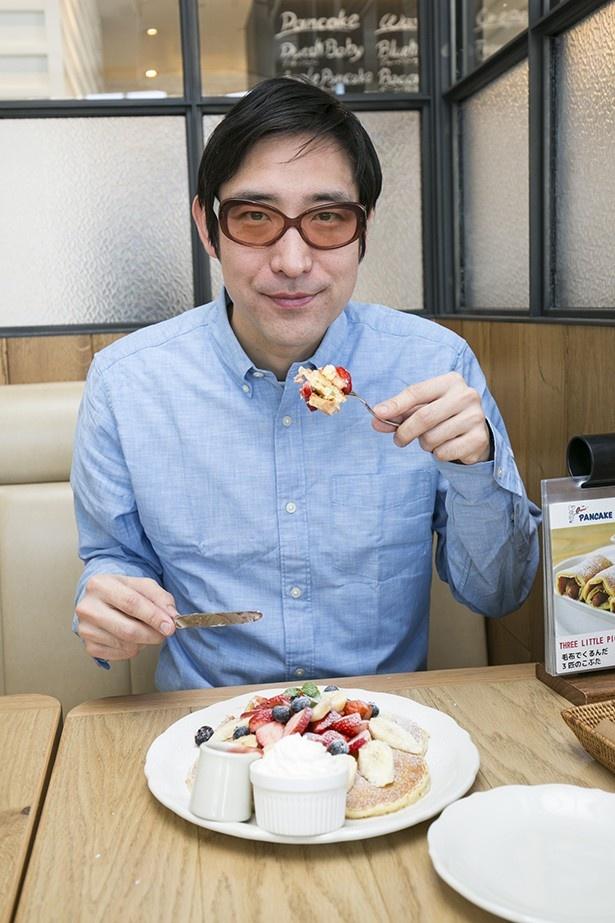 絶品パンケーキを前に、小宮山雄飛からも自然と笑みがこぼれる