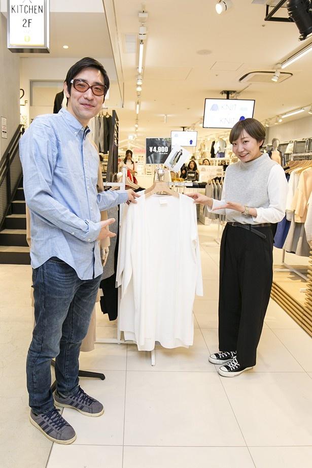 センスオブプレイスの店長、藤岡さん(写真右)おすすめの服を小宮山雄飛と一緒に紹介!