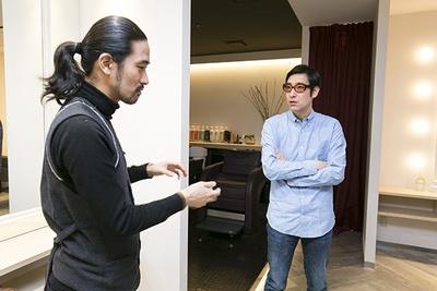 ウォーレン・トリコミ ニューヨーク店長の寺田さん(写真左)に熱心に話を聞く小宮山雄飛