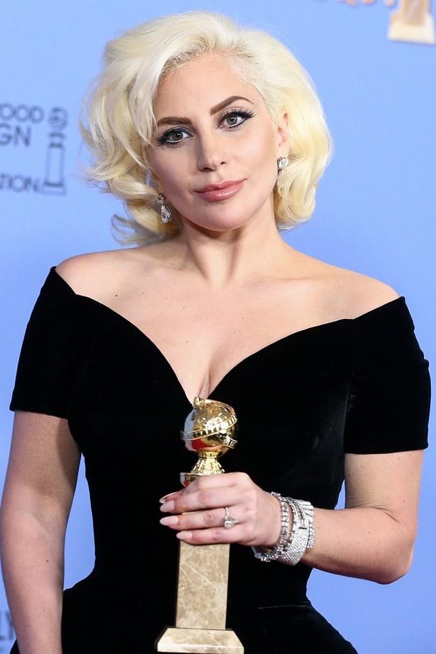 【写真を見る】ゴールデン・グローブ賞の授賞式では、往年のハリウッド女優のような美しい姿で登場