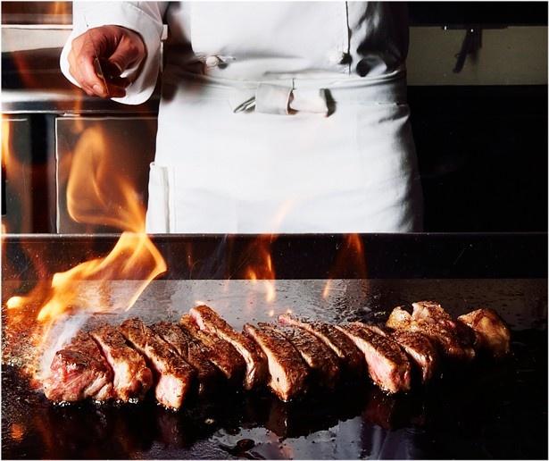 鉄板で焼いた北海道産の牛肉などが食べられる「北海道ファインダイニング カムイ」